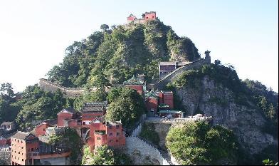 武当山风景区位于湖北省西北部,在丹江口市境内,是中国国家级